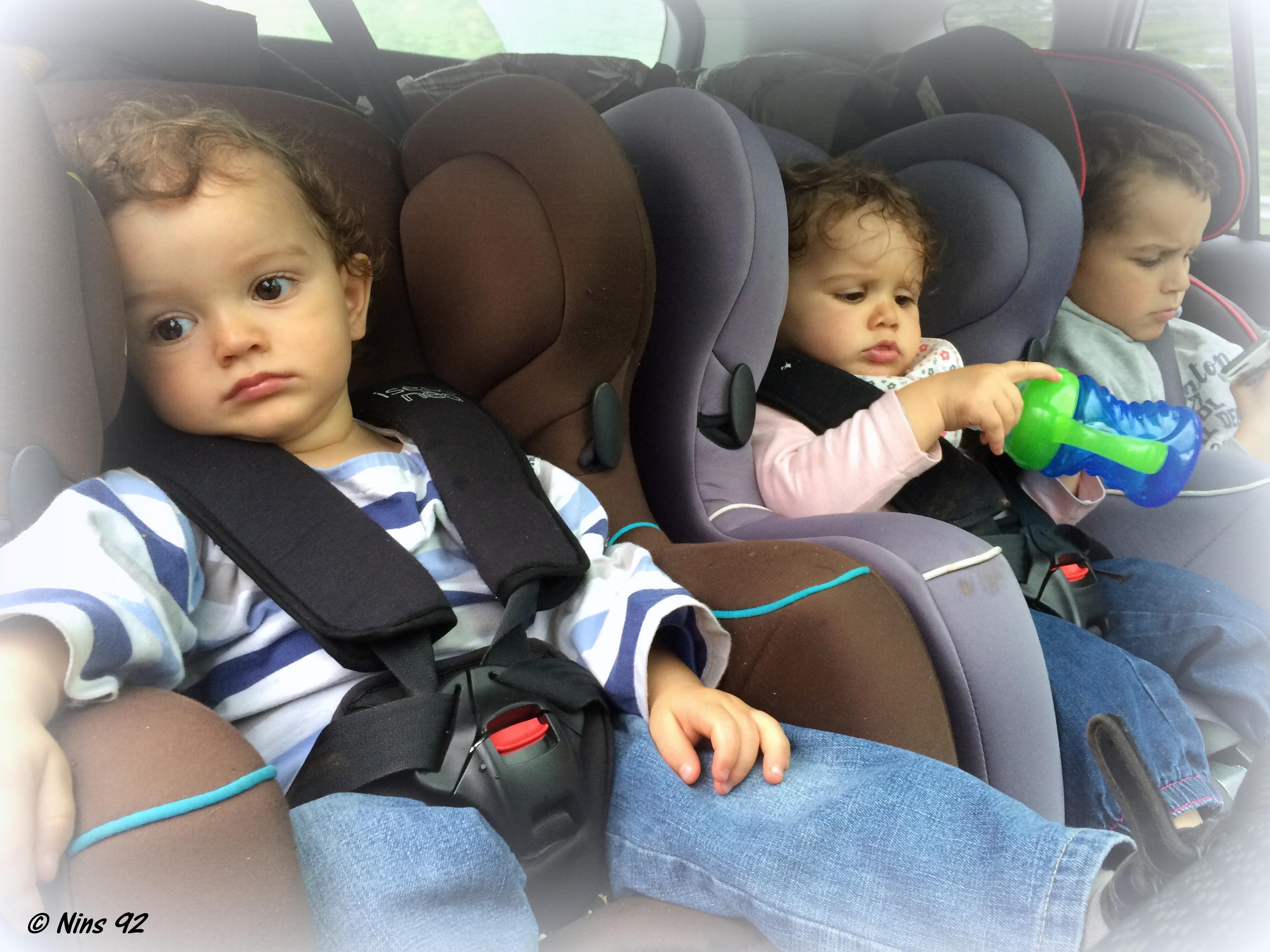 s rie oh vous avez des jumeaux mais comment faites vous la voiture dans chaque. Black Bedroom Furniture Sets. Home Design Ideas